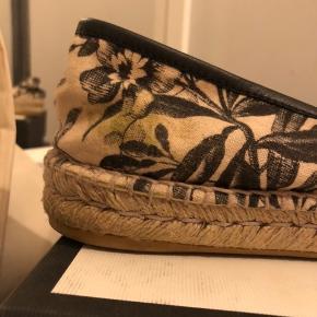 """- Smukke Gucci espadrillos! - Næsten ikke brugt, derfor de sælges.. Standen er udelukkende sat efter den lille """"græsplet"""" og tegnene af selvbruner inden i hælen, ellers fejler de intet! - Original boks + en dustbag til hver sko medfølger! - Købt i Italien, og har umiddelbart ingen kvittering, men kan lede efter ønske:) - køber betaler fragt"""