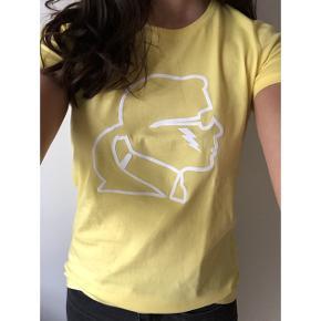 Sælger denne smarte t-shirt fra Karl Lagerfeld ☺️ i en størrelse small 💛 Np: 699,-