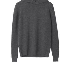 Sælger denne virkelig smukke og behagelige hættetrøje i grå.  NP: 2700kr