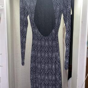 Flot sølv/sort glimmer kjole i str xs (32)  Aldrig brugt - så står som helt ny ✨