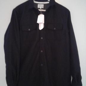Super  Lækker skjorte/jakke fra Norse Projects. Ubrugt med tags. Nypris = 1800 kr.  Tyk og rigtig god kvalitet. Lavet i uld og er isoleret med prima loft så kan bruges som jakke eller mellemlag når den kolde tid kommer. 2 sidelommer og 2 brystlommer med tryk knap lukning. Lukkes med tryk knapper.  Sendes med DAO.  MOBILEPAY foretrækkes.  MINDSTEPRISEN ER 999 KR INKL FRAGT. PRISEN FORHANDLES IKKE.