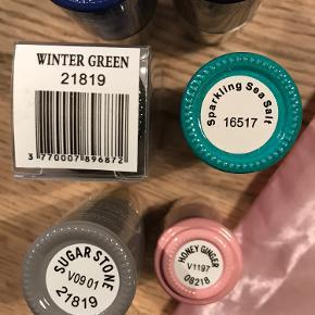 Le Maxi fra Mini Macaron Gel manicure sæt.  Sættet med 2 små farver koster fra nyt 699,- Her får du hele dét sæt - OG 5 farver i fuldstørrelse med i prisen. Det var et fejlkøb og jeg får det desværre ikke brugt. De 5 farver i fuld størrelse er: Blue raspberry, midnight blackberry, winter green, sparkling seasalt og sugar stone. De 2 små er dem som var med i pakken - det er honey ginger og black cherry. Der er removerpads til 10 fingre.