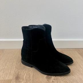 Støvler fra ASH i str. 37 Nyprisen var 1699kr Lidt mærker i ruskindet, som også afspejles i prisen. Kan formentlig fjernes 🥰 BYD