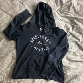 Sød mørkeblå hoodie fra Abercrombie. Super behagelig 💙 Str L men fitter også S-M da den er lille størrelsen