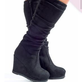 Støvler fra Rosemica i str. 39. Aldrig brugt. Nypris 450 kr. Kom med et bud :)  Sendes med DAO.