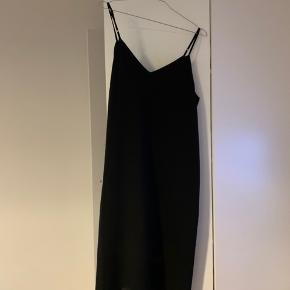 Super fin kjole. Lidt syninger der er kommet frem, efter en taske har siddet på højre side. Ellers ingenting