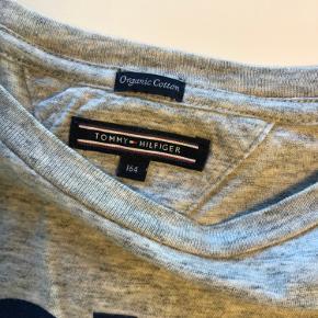 Langærmet t-shirt.  Køber betaler porto. Eller kan afhentes i Brønderslev.