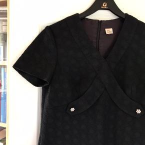 Dansk design kjole fra 60'erne designer Tava Models. Produceret i Danmark.  Det har været min mors moster's som var en yderst velhavende dame.   Str. 36-38.  100% fejlfri og har er en virkelig smuk skæring.   Ved interesse kan jeg evt tage mål i måtte ønske.   Kig forbi, giver mængderabat.   #trendsalesfund