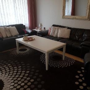 Lædersofa består af 2 pers sofa , 3 pers sofa og en enkelt sofa. Den er i god stand , og meget god kvalitet. Der er nogle ridser på sofaer , fordi har brugt den i 8 år. Prisen var i alt 17.000