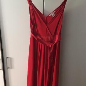 Brand: Anna fields Varetype: Rød Kjole (Julekjole, julefrokost) Farve: Rød Oprindelig købspris: 350 kr.  Smuk rød kjole der skære under brystet med bindebånd til for eller bag