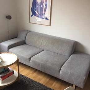 Lækker sofa fra Bolia i gråt kraftigt stof sælges til små 1500 kroner, da den trænger til en rens. Den har ingen huller eller anden form for slid.  Måler 217 x 97 x 69. Kan afhentes på 3. sal i Århus C