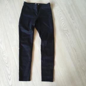 Bukser fra h&m str. 38 - aldrig brugt, blot vasket en enkelt gang. Farven er mørkeblå 😊☀️