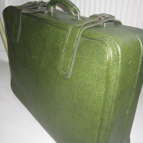 Lækker retro kuffert, i en fed (mørk) army-grøn farve, med bæltespænder og navneskiltholder. Robust kuffert.   Kufferten er i fin stand både indvendigt og udvendigt, med enkelte brugsspor.   Mål ca. 69*50*21 cm.  OBS! Sendes ikke.
