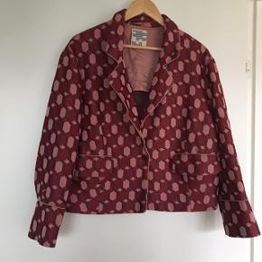 Mega smuk jakke fra Baum str 42 Enkelt trådudtræk ved det ene ærme (se sidste foto)  Læs venligst profiltekst inden evt spørgsmål  Prisen er fast
