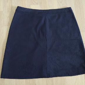 Sød nederdel med lommer. Den er brugt, men bærer ingen spor heraf.