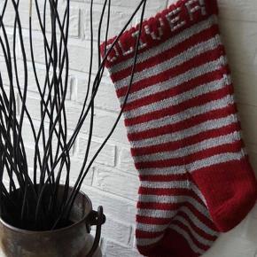 Brand: Bamses julesok Varetype: Julesok Størrelse: 50 cm lang/ 25 cm bred Farve: stribet Oprindelig købspris: 200 kr. Navn på: 50 kr.  Sendes med DAO for kr. 39,- Denne vare er designet af mig selv.  Her er julesokken der er stor nok til at rumme flere og større gaver.     Den er strikket i acryl og kan give sig så meget, at det ikke er et problem at få plads til de lidt større kalender/adventsgaver som f.eks bøger, malebøger, kasser med biler osv.     Den fås i rød/hvid stribet, rød/grå stribet og grå/hvid stribet.    De laves med navn broderet på for tillægspris på 50 kr.