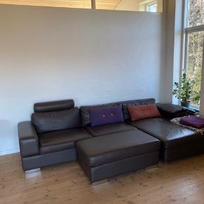 Meget velholdt sofa i brun læder. Nypris 22.000 305x78x163 og puff 110x60x43 Sælges på grund af flytning og kan afhentes fra 15 april  med puf