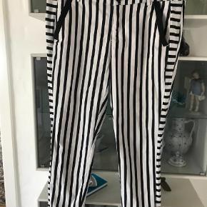 Varetype: Bukser Farve: Sort Oprindelig købspris: 900 kr.  Brugt 3 timer Skønne stumpe bukser virkelig slankende bomuld med elasthan