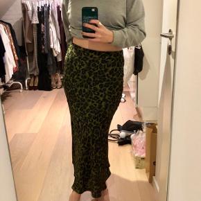 Grøn leopard nederdel fra Urban Outfitters. Brugt 2 gange - fejler intet. Lækker kvalitet Str. S