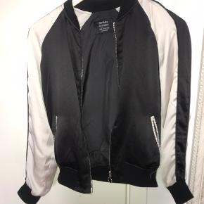 Silke overjakke fra Bershka.  Der er et sted på jakken, hvor trådene på jakken er gået op, men det kan ikke ses, når den er på. Det kan også syes.   Str. - 34/XS  Np. - ?