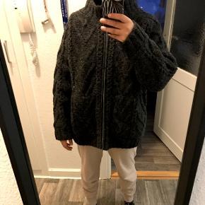 100% uld trøje med lynlås i mørkegrå. Der er lining inde i trøjen med polyester. Helt ny! Meget flot lidt oversized