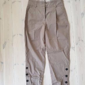 lysebrune bukser med knapper