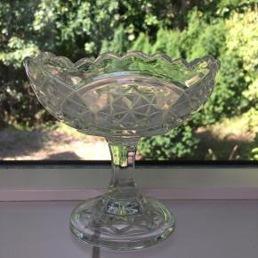 Skål med fod🤍 Glas Højde: 15 cm Diameter: 15 cm Pris: 150 kr