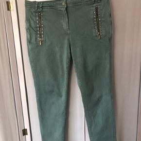 Velsiddende bukser med stræk, lynlåsdetaljer foran. Brugt meget lidt, den lidt slidte vask er 'medfødt'.