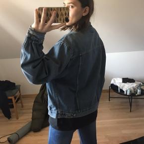 Mega fed Vintage denim jakke 💙 Den har en lille faded plet på ryggen, har dog ikke prøvet at vaske den af.