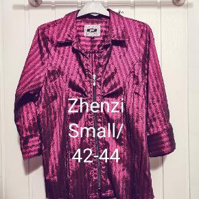 Zhenzi Bluse, Næsten som ny. Høje Kolstrup - Flot skjortebluse mrk Zhenzi str S 42/44 med lækkert blank finish.. Zhenzi Bluse, Høje Kolstrup. Næsten som ny, Brugt og vasket et par gange men uden mærker eller skader