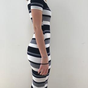 Festkjole som sidder tætsiddende. Høj kvalitet. Mærke MDS.    Tjek mine andre annoncer ud! Sælger kjole/ sommerkjole, bla stramme kjoler, designmærker fra Gucci og Fendi, ægte smykker, bla fra Camille Brinch, ur, blå fede jeans, top og nederdel mv.... Giver mængderabat🌸🌸