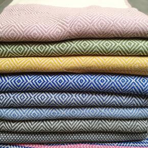 WEEKEND TILBUD 2 STK 300KR  Alle FARVER tilgængelige igen🌸.  1 STK 160 KR Flotte Hammamhåndklæder - 100 % økologisk bomuld. Nye - meget populære.  Håndklæderne måler 100 *180 cm. Fås i flere farver.   Vi tilbyder at få omsyet til de store håndklæder til gæstehåndklæder - pr. Stk 65kr Ved køb for 499kr tilbydes gratis fragt.  Sender hver dag - DAO forsikret pakke fra 38 kr. Håndklæder leveres gratis i Fredericia