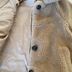 Only teddy kort jakke, mangler en knap men ellers som ny