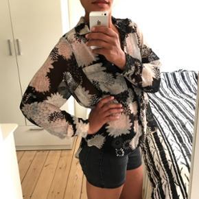 Fin H&M skjorte, str. 36. Længere bagpå. Kan passes af str. S/M. Længde: bagpå 70 cm, foran 52 cm. Bryst: 52 cm.