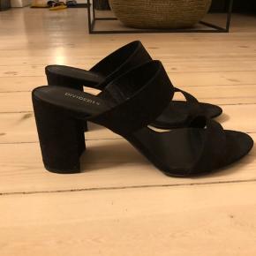 Sorte sandaler fra H&M med chunky hæl. ALDRIG BRUGT! Sælges da jeg ikke får dem brugt. Str. 40 (41, men små i størrelsen) Hælhøjde: 8-8,5 cm.