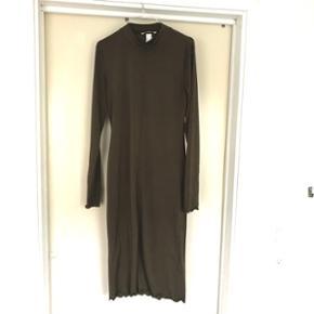Olivengrøn smuk kjole med høj hals fra H&MStr. L men kan også passes af M