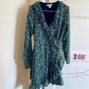 Slå-om kjole med flæser fra Trendday