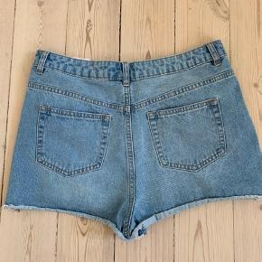 Højtaljede shorts, aldrig brugt kun prøvet på. Sælges da de er for store, ny pris var 130kr. BYD gerne, sælger betaler Porto hvis de skal sendes.