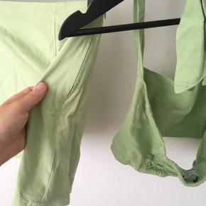 Virkelig fint sæt med nederdel og top fra det australske mærke With Jéan. Sælges billigt da der er lidt slid ved lynlåsen . Det ses ikke når man har den på.