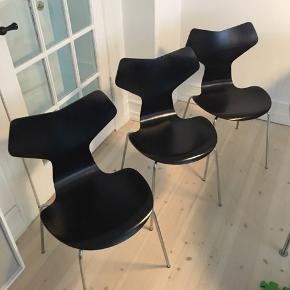 Arne Jacobsens Grand Prix stole med formspændt sortlakeret sæde, monteret med ben af forkromet stål. Fremstillet hos Fritz Hansen i 1970/71, model 3130.   Fremstår med aldersrelateret brugsspor, herunder små mærker og ridser.  De tre stole sælges samlet.