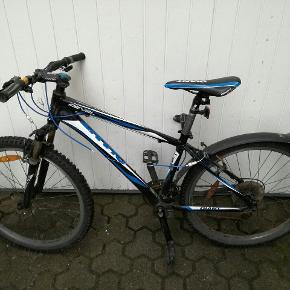 Str 16 - Go mountainbike med 16 gear. Min søn er vokset fra den derfor vil jeg ikke bruge penge på at reparere bremsekablet, der er gået i stykker. Desuden knækket støttefod. Du kan få fat i mig på tlf. 50566680