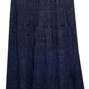 Flot foret nederdel fra Casual woman i 100% bomuld, der er elastik i linningen, livvidde 39-45 cm, længde 92 cm. Nederdelen er brugt en enkelt gang sammen med den blå uniformjakke der også er på auktion