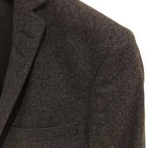 Blazer i flannel kvalitet. Brugt 2 gange. Ingen brugsspor. 60% uld, 35% polyester, 5% polyamid. Gider ikke useriøse bud, og hører du ikke fra mig, er det fordi dit bud er useriøs.