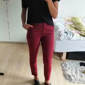 Bordeaux bukser med sølv stribe op af benet