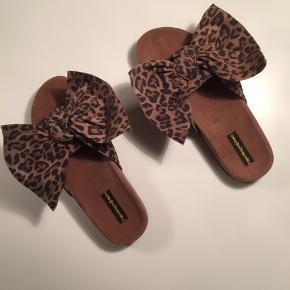 Super skønne sandaler fra Copenhagen shoes i str 40.  Man kan vælge at bøje sløjfeenderne op eller lade dem ligge fladt ned efter humør. Størrelsen passer en fod på ca 25 cm. Disse er nye og ubrugte.  400,- pp