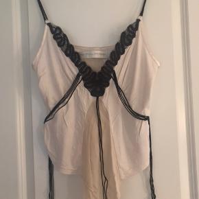 Så fin top med flotte detaljer - mega fed til evt coated bukser eller lædernederdel. Blød kvalitet 👍🏻  Byd!
