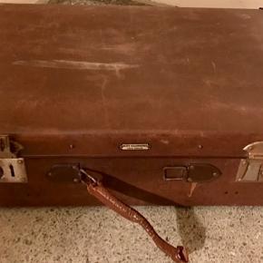 Gammel kuffert. Hanken og den ene lås er i stykker, men den er stadig rigtig fin.