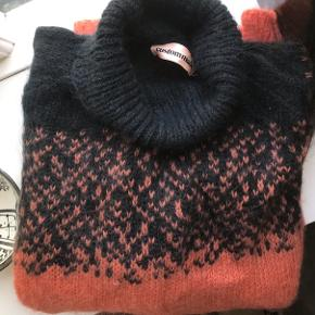 Custommade Malu Sweater i orange/mørk kombination.   Sweateren er brugt men fremstår i pæn og ordentlig stand.