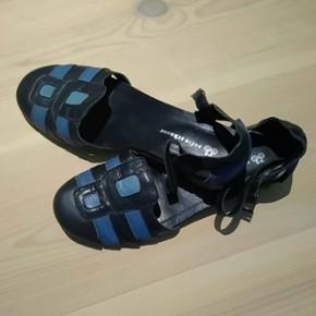"""Skoene er brugt meget lidt. Der er sat en ny sål på hælene, da de oprindelige var lidt """"højlydte""""."""