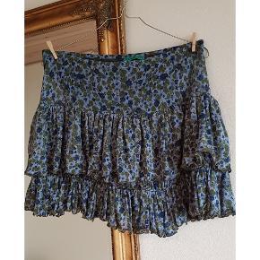 Sød flæse nederdel i blå (billedet snyder lidt med farven) passer str.40. Blødt og elastisk stof